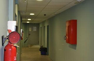 luces de emergencia junto a servicios de extintor y caja distribucion