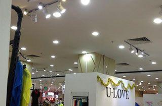 iluminacion comercial profesional instalada en tienda de ropa