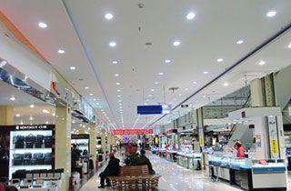 centro comercial iluminado con focos led de interior