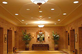 hall de un hotel iluminado con focos led de interior