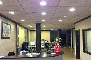 recepción de unas oficinas iluminadas con downlights led profesionales
