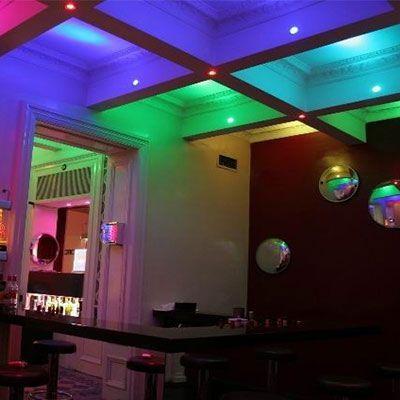 bar iluminado con bombillas dicroicas rgb en el techo