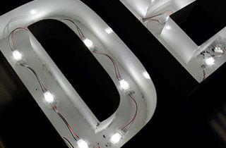 instalacion de modulos led en letra retroiluminada