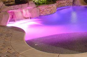 iluminación de piscinas con luces de colores