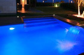 focos PAR56 de led dentro de piscina