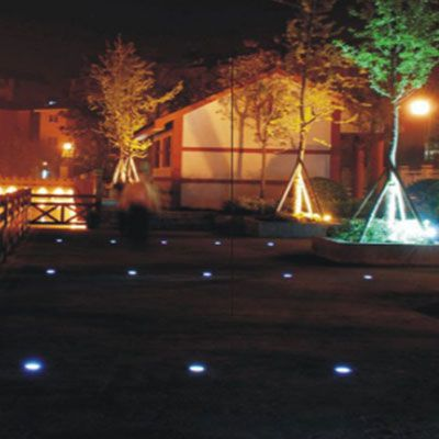 espacio exterior iluminado con balizas o luces de suelo led para señalar el camino