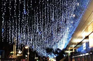 Iluminación LED del tipo cascada decorando una calle