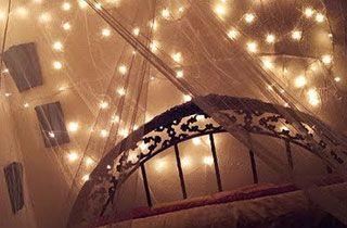 iluminación decorativa de LED sobrepuesta encima la cama