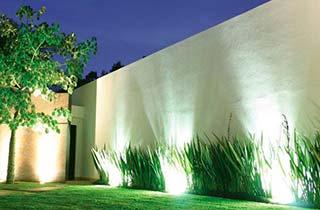 iluminación de árbol y fachada con una pincho de jardin