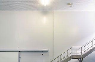 Escalera de emergencia con luces led de evacuacion en caso de urgencia