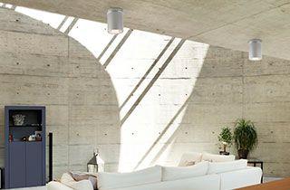 sala de estar diáfana de estilo industrial iluminada con plafones LED