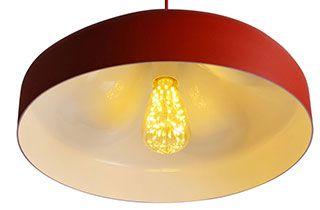 lámpara escandinava colgante de techo en color rojo y con bombilla de LED