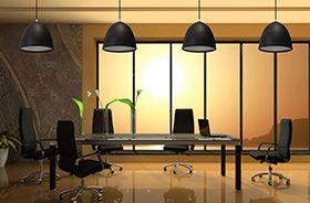 lamparas negras en sala de reuniones