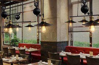 Lámpara polea encima mesas de restaurante