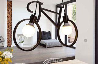 lámpara en forma de bicicleta decorando salon de una casa