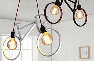 lámparas en forma de bicicleta decorando un hogar